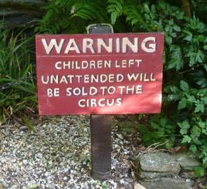 ostrzeżenie: 'dzieci zostawione bez dozoru zostaną sprzedane o cyrku'. Mam nadzieję, że udarowców to nie czeka ( ;